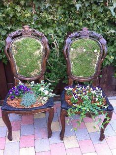 van oude stoelen.mooie plantencreaties, stoeltjes wit maken en fleurige bloemen.