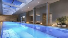 Modernidade, estilo e arquitetura bem definida na área da piscina coberta com raia de 25m.