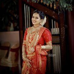 Bild könnte enthalten: 1 Person, stehend - Brides of Kerala - Weddinghairstyles Indian Wedding Makeup, Indian Wedding Bride, Indian Bridal Outfits, South Indian Bride, Saree Wedding, Bridal Makeup, Indian Gold Jewellery Design, Diamond Jewellery, Bridal Jewellery