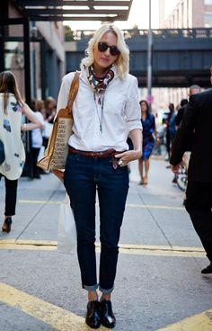 Street style look com oxford preto em verniz, camisa branca e calça jeans.