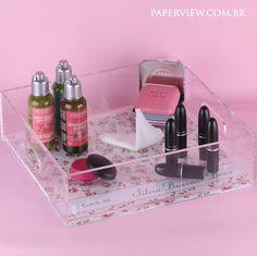 Maquiagem, perfumes e esmaltes ficam lindos e organizados na Cristal Tray Floral Vintage. www.paperview.com.br