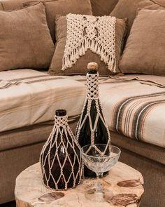 Macrame Design, Macrame Art, Macrame Projects, Macrame Knots, Yarn Projects, Macrame Wall Hanging Patterns, Macrame Plant Hangers, Macrame Patterns, Glass Bottle Crafts