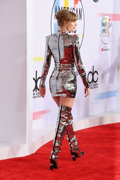 Taylor Swift Slays in Sparkly Silver Minidress at the 2018 AMAs - American Music Awards Red Carpet Fashion Arrivals Taylor Swift Legs, Taylor Swift Style, Taylor Swift Pictures, Taylor Alison Swift, Taylor Cole, American Music Awards, Outfit, Lady, Ideias Fashion