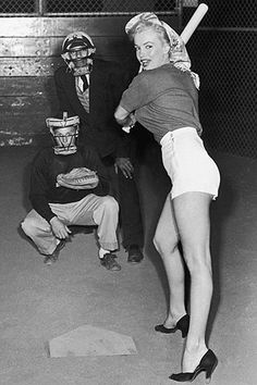 Marilyn Monroe's photo which swept Joe DiMaggio off his feet. He quickly arranged to meet the young starlet. Marilyn Monroe only knew of Joe DiMaggio via the press as a girl growing up. Joe Dimaggio, Divas, Marilyn Monroe Fotos, Marilyn Monroe Outfits, Norma Jean Marilyn Monroe, Photos Rares, Actrices Hollywood, Norma Jeane, Poses