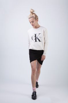 SWEATER: CALVIN KLEIN / SKIRT: THE FIFTH / NECKLACE: JANE KONIG / RINGS: / PDPAOLA / SHOES: TOPSHOP