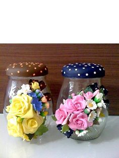 Mason jars are glassy objects usually used as containers of some perishable and non perishable things. They vary in size shape and thickness. Polymer Clay Ornaments, Polymer Clay Christmas, Polymer Clay Flowers, Polymer Clay Projects, Diy Clay, Handmade Polymer Clay, Mason Jar Crafts, Bottle Crafts, Mason Jars