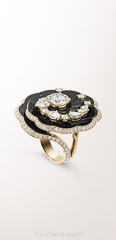 Fleur d'onyx ring, Pierres de Caractère - Variations collection Yellow gold, onyx, round and pear-shaped diamonds, one round EIF diamond of 2.52 cts The Fleur d'onyx ring from the Pierres de Caractère - Variations collection blooms beautifully thanks to the relief carving of the hard stone. This unique creation forms a sparkling carousel in onyx combined with round and pear-shaped diamonds.