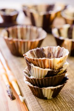 You can't bake in chocolate cups, but once you learn how to make a chocolate cup, you'll find yourself stuffing chocolate cups with peanut butter, filling them with candy, and using the chocolate cups for ice cream cupcakes. Here's an easy way to make you Just Desserts, Delicious Desserts, Dessert Recipes, Yummy Food, Holiday Desserts, Homemade Desserts, French Desserts, Healthy Food, Chocolate Cups