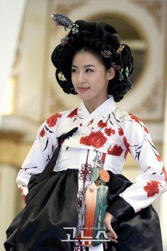 한복 Hanbok and head dress Korean Traditional Dress, Traditional Dresses, Korean Dress, Korean Outfits, Korean Beauty, Asian Beauty, Korean Girl, Asian Girl, Modern Hanbok
