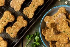 Crunchy dog biscuits featuring eggs, oats, whole wheat, and peanut butter. Dog Biscuit Recipes, Dog Treat Recipes, Healthy Dog Treats, Yummy Treats, Dog Food Recipes, Doggie Treats, Dog Snacks, Horse Treats, Homemade Dog Cookies