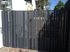 Modern Fence Design, Modern House Design, Door Gate Design, Boundary Walls, Staircase Railings, Front Gates, Wrought Iron Gates, Driveway Gate, Cool Apartments
