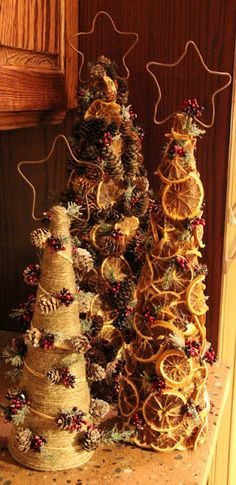 Trio of prim trees decorated with pine cones, dried oranges & Christmas sprigs. Copper stars add the finishing touch to this fun diy christmas art! Cone Christmas Trees, Noel Christmas, Primitive Christmas, Country Christmas, Winter Christmas, Christmas Ornaments, Cone Trees, Natural Christmas, Christmas Projects