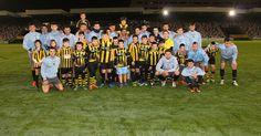 Decenas de socios y peñistas comparten terreno de juego con el Barakaldo FC centenario