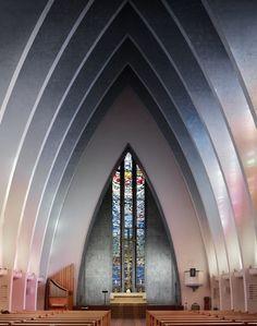 Het zicht op het altaar in diverse moderne & klassieke kerken bij deze fotoserie van Fabrice Fouillet.