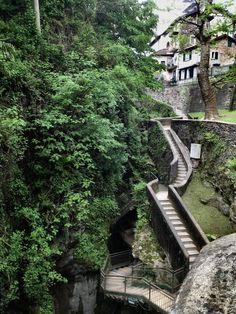 ○ Entrance to Orrido di Bellano gorge, Lombardia / Italy (by Roberto Rubiliani)