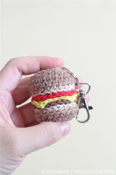 Kijk wat ik gevonden heb op Freubelweb.nl: een gratis haakpatroon van Hello Yellow Yarn om deze hamburger sleutelhanger te maken https://www.freubelweb.nl/freubel-zelf/zelf-maken-met-haakgaren-hamburger/