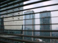 Gedung perkantoran di Surabaya harga sewanya mengalami kenaikan sebesar 28 persen. Kenaikan harga sewa perkantoran ini dipengaruhi oleh beroperasinya dua gedung perkantoran baru yaitu Pakuwon Center dan juga MNC Tower. Yang dimana Kedua gedung komersil tersebut menetapkan harga yang cukup tinggi terkait biaya sewa ruang perkantoran milik mereka. #surabaya #property #perkantoran #sewakantor