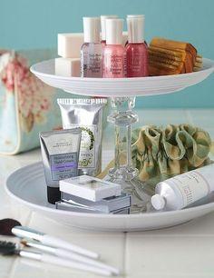 Comment détourner un plat à gateau vintage en rangement astucieux de produits cosmétiques et de maquillage pour la salle de bain #astuce #rangement #cosmétiques