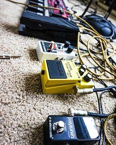 Los pedales que me dan el sonido! @davidducaz  . . . . . . . . @ehx @bossfx_us #bosspedals #polytune  #bosspedals#guitar #pedals#effectspedal#pedalboard#stompbox#gear#fx#guitargear#instamusic#guitarplayer #acoustic#musician #toneheaven #musica #latina #regueton #folk #pop