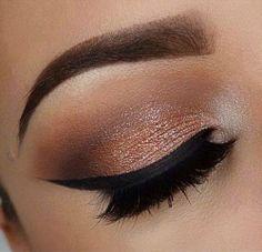 Los labios protagonistas de colores imponentes como el borgoña, se pueden llevar a la perfección con este #makeup de sombras en color bronce, delineado negro en liner y mucho rimel en pestañas!