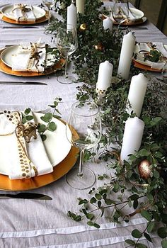 A stylish Australian Christmas is possible - it's all about making the most of what's in season. Here's how to create an Australian Christmas table setting. Aussie Christmas, Summer Christmas, Christmas Lunch, Elegant Christmas, Noel Christmas, Holiday Dinner, Modern Christmas, Scandinavian Christmas, Simple Christmas