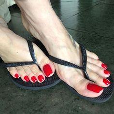 Nice Toes, Pretty Toes, Sexy High Heels, High Heels Stilettos, Sexy Zehen, Long Toenails, Red Toenails, Flip Flops Damen, Flipflops