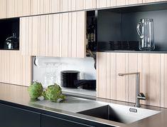 ドイツ・ラショナル社の「tio」。木目の幅も均等より不ぞろいなほうが、材料の本物感を感じさせると人気。www.rational.de