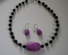 Kudin mukana: Polymeerimassa: home-made pink polymer clay bead with black