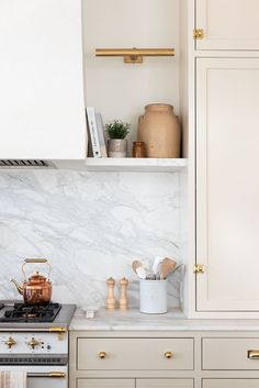 Neutral Fresh Kitchen Interior Design Ideas With White Marble Countertops And Backsplash With Open Shelving Nooks And Brass Sconces Home Design, Interior Design Kitchen, Design Ideas, Design Design, Home Decor Accessories, Kitchen Accessories, New Kitchen, Kitchen Decor, Home Luxury