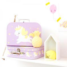 Esta maleta unicornio tiene un tamaño perfecto para guardar sus pequeños tesoros y juguetes en su dormitorio, llevarla de picnic, para una escapadita de fin de semana o para guardar su pijamita en la próxima visita a casa de los abuelos.