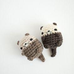New No Cost cute Crochet animals Concepts Happy floaty otters! Pattern in Mini Crochet Creatures. Crochet Kawaii, Crochet Diy, Wire Crochet, Crochet Crafts, Yarn Crafts, Crochet Projects, Crochet Animal Amigurumi, Crochet Animals, Amigurumi Patterns