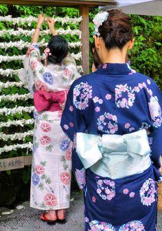 girls in yukata at matsuri Japanese Yukata, Japanese Boy, Japanese Beauty, Japanese Culture, Japanese Style, Kimono Japan, Yukata Kimono, Geisha, Oriental Fashion