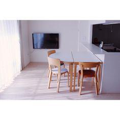 holonさんはInstagramを利用しています:「半円テーブルと長方形テーブルをつなげて、ダイニング生活をしています長方形はパソコンデスクとして別室で使用していましたが、リビングにあった無印良品の引出つきローテーブルと交代しました。 . 大きすぎないシンプルな家具を、現在の環境や生活に合わせて移動させたり、別の用途で使いまわ…」