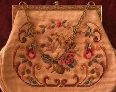 Bolso hermoso tapiz floral vintage. Con flores y aves bonitas. Bolso de mano. En contraste con bolsillo grande para fácil acceso a las llaves y celular. Floral con un cierre magnético y un bolsillo con cremallera interior. Medidas de 21 X 16