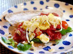 Broodje carpaccio met pestomayonaise, ei, tomaat en veldsla