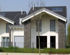Pfeiler vom Haus verziert mit dem Riemchen Cäsar Marie Garage Doors, Outdoor Decor, Home Decor, Porcelain Tiles, Architectural Materials, Entrance, Remodels, Wall Design, Lawn And Garden