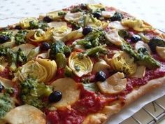 Pour la recette végétarienne :Pizza végétalienne brocolis et coeurs d'artichauts : 1. Délayer la levure de boulanger dans 10 cl d'eau tiède. Ajouter un peu de farine afin de former une pâte.