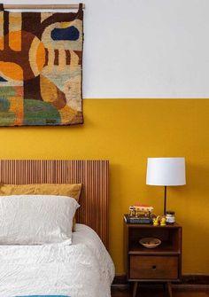 cor de tinta mostarda para decoração de quarto com cabeceira de madeira