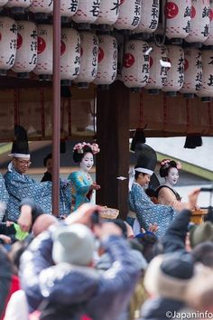 "Japaninfo added 28 new photos to the album: ""Ritshun"" รับฤดูใบไม้ผลิวันแรกหลัง ""Setsubun""@Yasaka Shrine/Kyoto — at 八坂神社."