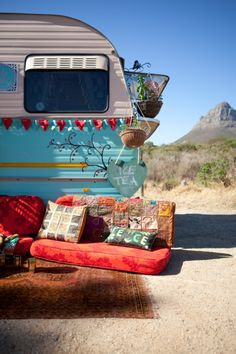 Aussteigen mit Wohnwagen und rotem Sofa