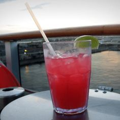 The Sea Breeze is a refreshing summer cocktail with a mixture of cranberry and grapefruit juices over a vodka base. The drink's ingredients have evolved over the year and the original conceiv… Top Drinks, Beach Drinks, Vodka Drinks, Beverages, Pink Drinks, Drinks Alcohol, Alcohol Recipes, Cocktail Drinks, Alcoholic Drinks