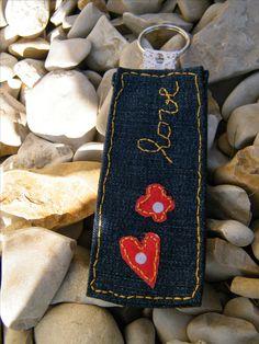 Ce porte-clé est le cadeau idéal... unique et personnalisé! Pensez-y pour la fête des mères!!! Fait à la main à partir de toile de jean bleu Les coutures sont en fil jaune-or motifs cœur et fleur en tissu rouge Dimensions: 4cm x 9,5 cm Possibilité de créer d'autres modèles avec les motifs et les couleurs de votre choix. Motif également personnalisable. Motifs, Dimensions, Unique, Red Weave, Fabric Flowers, Yellow, Blue, Key Pouch, Thinking About You
