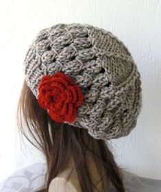 Cappello a uncinetto  schemi e modelli - Basco con rosa rossa Telaio Per  Maglieria e002d30fe035