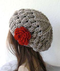 Cappello a uncinetto: schemi e modelli - Basco con rosa rossa