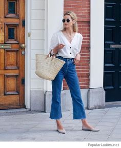 Outfit Style – Casual street style outfits for young guys Our Most Favourite Look – Light Blue Jeans + White Crew Neck T-shirt + Black Bomber Jacket Spring Summer Fashion, Spring Outfits, Spring Style, Summer City Outfits, Mode Outfits, Casual Outfits, Fashionable Outfits, Casual Shoes, Mode Jeans