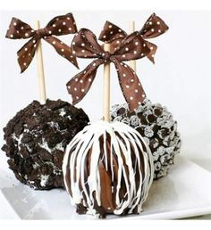 An irresistible creation comprised of large, juicy Granny Smith apples that are hand-dipped into creamy caramel, submerged in silken Belgian chocolate, and beautifully decorated in luxurious toppings. Quantity: 3 pieces