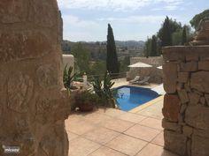 Het zwembad gezien vanaf één van de overdekte terrassen.