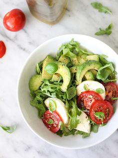salada caprese com abacate