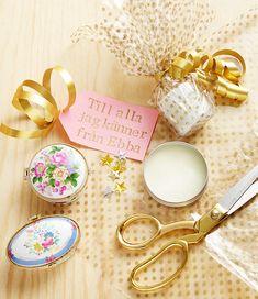 Drömhems redaktion har pysslat egna julklappar. Vad sägs till exempel om den här sköna och effektiva deodoranten som du enkelt gör själv, med bland annat kokosolja och bikarbonat? Perfekt att...