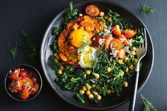 This healthy vegetarian bowl has kale, chickpeas, egg and Greek yoghurt for a protein-packed weeknight dinner. Vegetarian Recipes Dinner, Vegetarian Bowl, Dinner Recipes, Healthy Recipes, Simple Recipes, Egg Recipes, Healthy Habits, Healthy Foods, Egg Bowl Recipe